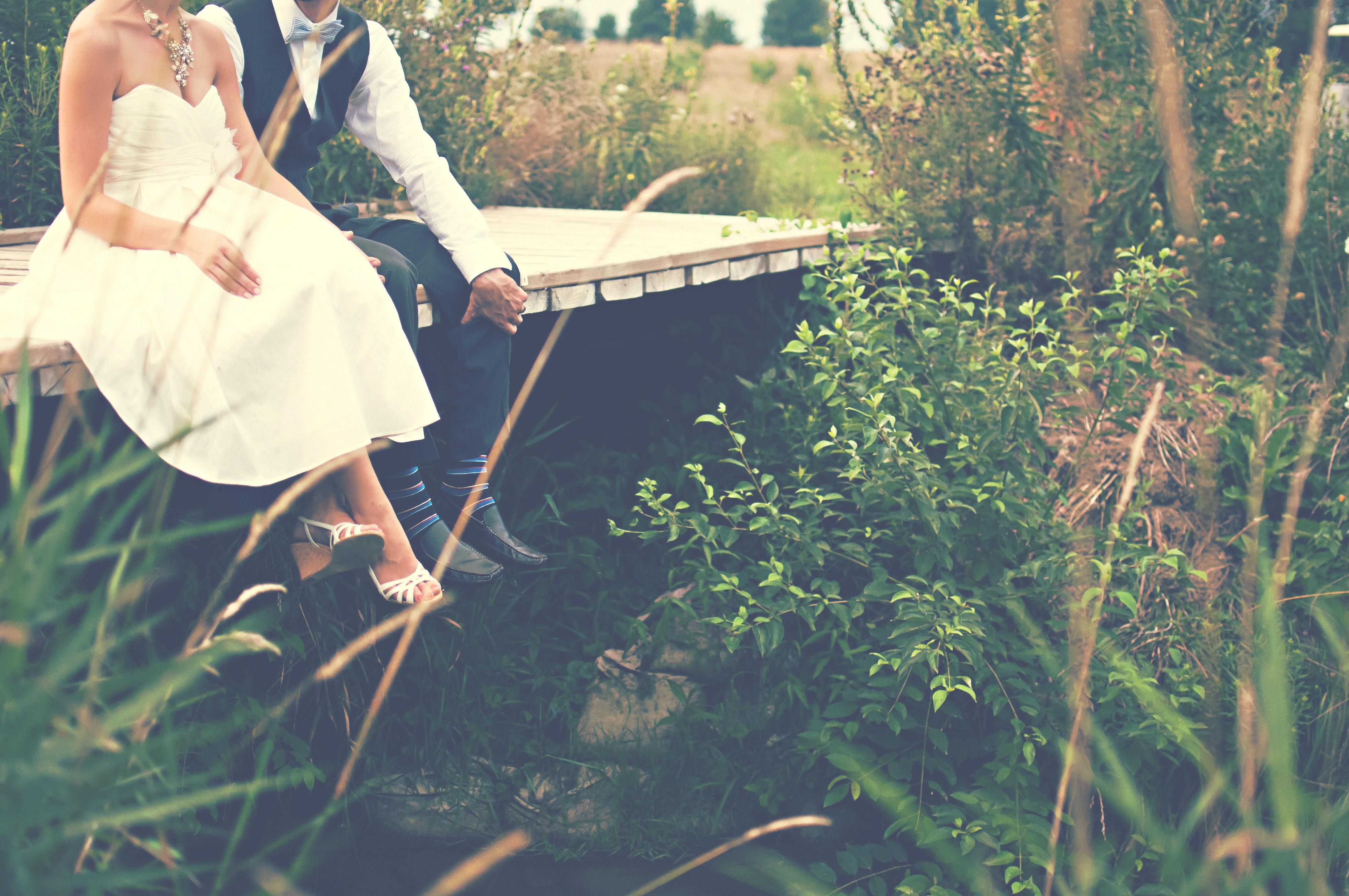 Braut und Bräutigam auf Brücke